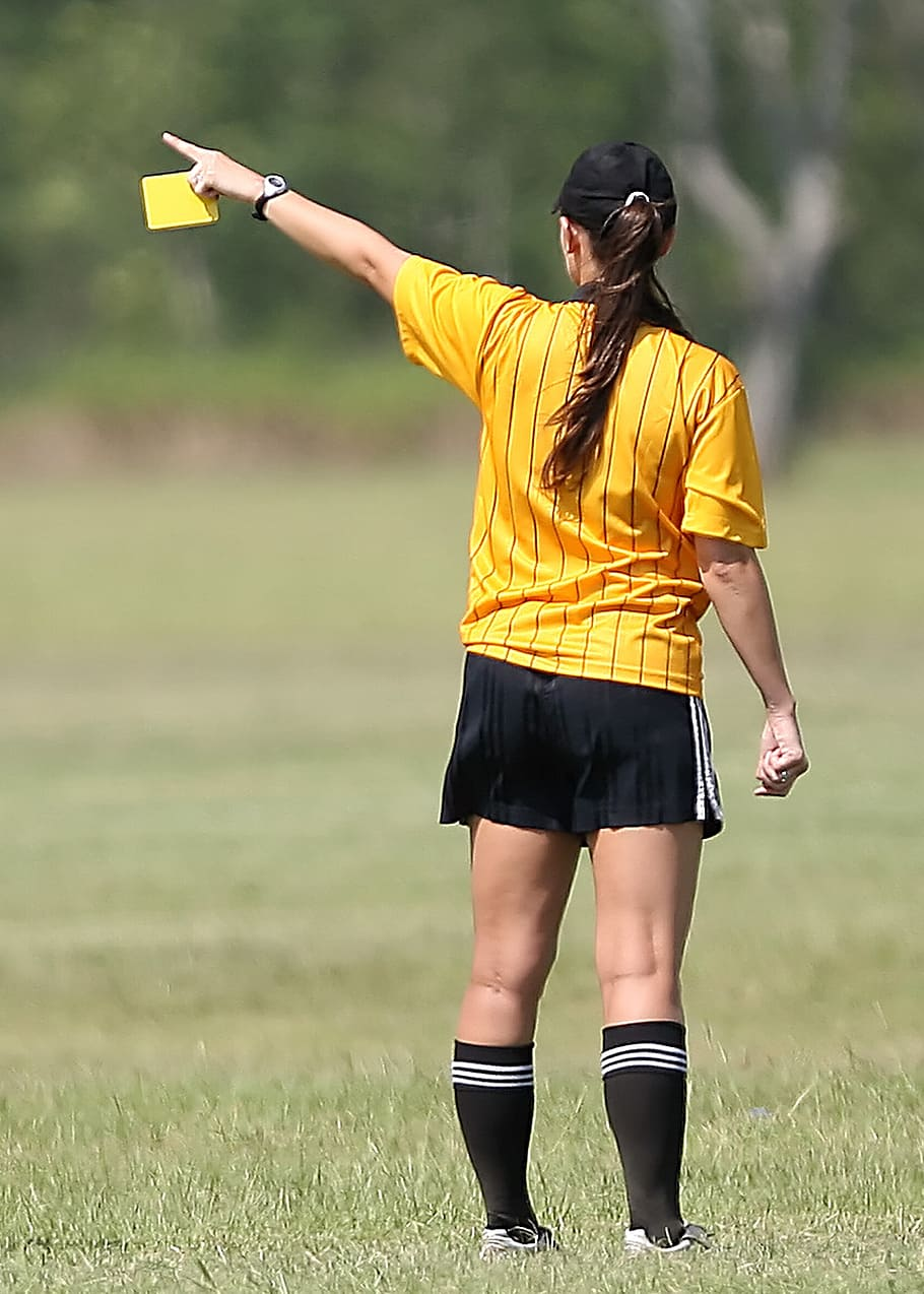 soccer-referee-female-yellow-card